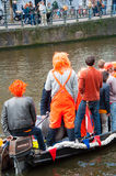 27 Amsterdam-APRIL: De niet gedefiniëerde mensen in traditionele sinaasappel vieren de Dag van de Koning op 27,2015 April, Nederl Stock Fotografie