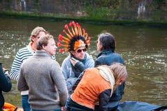 27 Amsterdam-APRIL: De niet gedefiniëerde mensen in traditionele sinaasappel vieren de Dag van de Koning op het Singel-kanaal op  Royalty-vrije Stock Fotografie