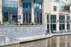 30 Amsterdam-APRIL: De niet gedefiniëerde toeristen hebben ontbijt in Aran Irish Pub op 30,2015 April, Nederland Stock Afbeelding