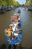 27 Amsterdam-APRIL: De plaatselijke bevolking op Partijboot met onbeperkt bier viert de Dag van de Koning op 27,2015 April Stock Afbeeldingen