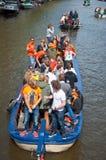 27 Amsterdam-APRIL: De plaatselijke bevolking op Partijboot met onbeperkt bier viert de Dag van de Koning op 27,2015 April Royalty-vrije Stock Afbeeldingen