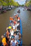 27 Amsterdam-APRIL: De plaatselijke bevolking op Partijboot met onbeperkte bier, soda en wijn viert aan boord de Dag van de Konin Royalty-vrije Stock Afbeeldingen