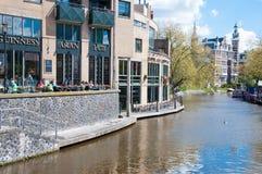 30 Amsterdam-APRIL: De plaatselijke bewoners en de toeristen hebben ontbijt in Aran Irish Pub op 30,2015 April, Nederland Royalty-vrije Stock Foto's