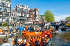 27 Amsterdam-APRIL: De plaatselijke bewoners en de toeristen op de boten nemen aan de Dag van de vierende Koning deel op 27,2015  Stock Foto's