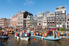 27 Amsterdam-APRIL: De plaatselijke bewoners en de toeristen op de boten nemen aan de Dag van de vierende Koning deel op 27,2015  Royalty-vrije Stock Afbeeldingen