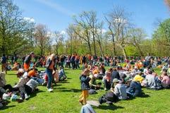 27 Amsterdam-APRIL: De plaatselijke bewoners en de toeristen in sinaasappel vieren binnen de Dag van de Koning op 27,2015 April i Stock Foto