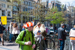 27 Amsterdam-APRIL: De plaatselijke bewoners en de toeristen in sinaasappel vieren Koningsdag (de Dag van de Koning) op 27,2015 A Royalty-vrije Stock Afbeeldingen