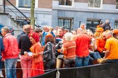 27 Amsterdam-APRIL: De plaatselijke bewoners en de toeristen vieren de Dag van de Koning als Koningsdag op 27,2015 April, Nederla Stock Foto