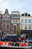 27 Amsterdam-APRIL: De plaatselijke bewoners en de toeristen vieren de Dag van de Koning langs het Singel-kanaal op 27,2015 April Stock Foto