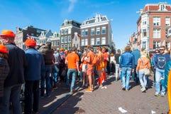 27 Amsterdam-APRIL: De plaatselijke bewoners en de toeristen vieren de Dag van de Koning op de brug op Singel-kanaal op 27,2015 A Stock Foto's