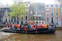 27 Amsterdam-APRIL: De plaatselijke bewoners hebben danspartij op de Dag van een bootkoning langs het Singel-kanaal op 27,2015 Ap Stock Afbeelding