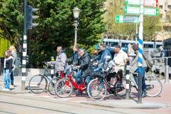 30 Amsterdam-APRIL: De plaatselijke bewoners op fietsen houden bij trafficalicht op op 30,2015 April, Nederland Stock Foto