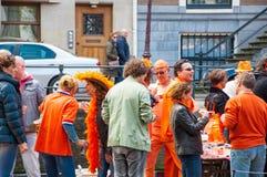 27 Amsterdam-APRIL: De plaatselijke bewoners in sinaasappel nemen bij viering Koningsdag (de Dag van de Koning) op 27,2015 April, Royalty-vrije Stock Afbeelding