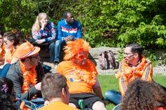 27 Amsterdam-APRIL: De plaatselijke bewoners in sinaasappel vieren binnen de Dag van de Koning op 27,2015 April in Amsterdam, Ned Royalty-vrije Stock Fotografie
