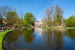 27 Amsterdam-APRIL: De plaatselijke bewoners in sinaasappel vieren binnen de Dag van de Koning op 27,2015 April in Vondelpark, Ne Stock Foto's