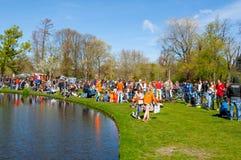 27 Amsterdam-APRIL: De plaatselijke bewoners in sinaasappel vieren binnen de Dag van de Koning op 27,2015 April in Vondelpark, Ne Royalty-vrije Stock Afbeeldingen