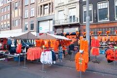 27 Amsterdam-APRIL: De plaatselijke bewoners tonen hun goederen voor verkoop in traditionele oranje kleur op Rokin tijdens de Dag Royalty-vrije Stock Afbeeldingen