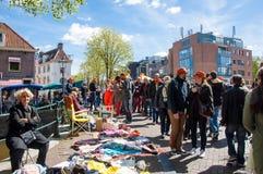 27 Amsterdam-APRIL: De plaatselijke bewoners tonen hun oude dingen voor verkoop in oud centrum van Amsterdam op de Dag van de Kon Royalty-vrije Stock Foto