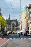 30 Amsterdam-APRIL: De Rokinstraat, Damvierkant is zichtbaar op de achtergrond op 30,2015 April in Amsterdam, Nederland Stock Foto's