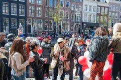 27 Amsterdam-APRIL: De stad-bewoners vieren de Dag van de Koning op het Singel-kanaal, 27,2015 April in Nederland Stock Foto