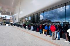 30 Amsterdam-APRIL: De toeristen bevinden zich in rij voor Stedelijk-Museum op 30,2015 April, Nederland Stock Afbeeldingen