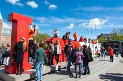 27 Amsterdam-APRIL: De toeristen nemen beeld voor rood en wit het 'I amsterdam' teken, naast Rijksmuseum Royalty-vrije Stock Foto