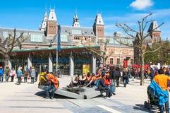 27 Amsterdam-APRIL: De toeristen van plaatselijke bewonersang in Museumplein tijdens de Dag van de Koning op 27,2015 April Stock Afbeeldingen