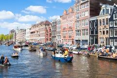 27 Amsterdam-APRIL: De viering van de Dag van de Koning langs het Singel-kanaal op 27,2015 April, Nederland Stock Fotografie