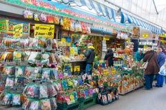 28,2015 Amsterdam-APRIL: De winkels binnen een rij van drijvende aken bieden bollen en houseplants op de de Bloemmarkt van Amster Royalty-vrije Stock Foto