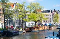 AMSTERDAM 30. APRIL: Der Prinsengracht-Kanal mit Hausbooten 30,2015 im April Lizenzfreie Stockfotografie