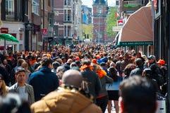27 Amsterdam-APRIL: Duizendenmensen op de straat van Amsterdam, Rijksmuseum op de achtergrond tijdens de Dag van de Koning op 27, Royalty-vrije Stock Afbeelding