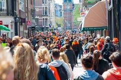 27 Amsterdam-APRIL: Duizendenmensen op de straat van Amsterdam tijdens de Dag van de Koning op 27,2015 April, Nederland Royalty-vrije Stock Foto