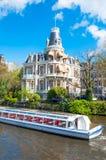 Amsterdam-April 30: Fartyg som kryssar omkring på den Amsterdam Singelgrachtkering kanalen på April 30,2015 Arkivbild