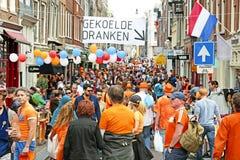 AMSTERDAM - APRIL 26: Fullt op folk för Amsterdam gator på drottningdauen Fotografering för Bildbyråer