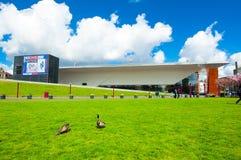 30 Amsterdam-APRIL: Geheld Gazon over Museumplein met Stedelijk-Museum op de achtergrond op 30,2015 April, Nederland Stock Afbeeldingen