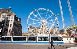 27 Amsterdam-APRIL: Groot wiel op Damvierkant op de vooravond van de Dag van de Koning, Mevrouwtussaud's museum op de linkerkant  Stock Afbeeldingen