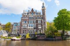 Amsterdam-April 30: Härlig uppehållbyggnad på den Singelgrachtkering kanalen på April 30,2015, Nederländerna Arkivbilder