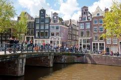 27 Amsterdam-APRIL: Het de Dagroeien van de koning door de kanalen van Amsterdam, mensen heeft pret op de brug op 27 April, 2015 Royalty-vrije Stock Afbeeldingen
