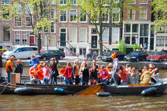 27 Amsterdam-APRIL: Het de Dagroeien van de koning, mensen heeft pret op de boten op 27 April, 2015 in Amsterdam, Nederland Stock Afbeeldingen