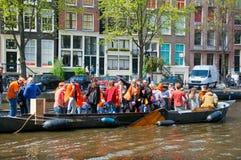 27 Amsterdam-APRIL: Het de Dagroeien van de koning, plaatselijke bewoners heeft pret op de boten op 27 April, 2015 in Amsterdam,  Stock Foto's
