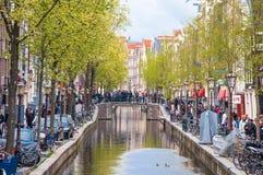 30 Amsterdam-april: Het het Rode lichtdistrict van Amsterdam, menigte van toeristen gaat bezienswaardigheden bezoekend op 30,2015 Stock Foto
