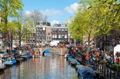 27 Amsterdam-APRIL: Het hoogtepunt van Amsterdam de stad in van menigte van mensen tijdens de Dag van de Koning op 27,2015 April Stock Foto's