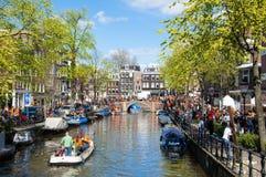 27 Amsterdam-APRIL: Het hoogtepunt van Amsterdam de stad in van mensen tijdens de Dag van de Koning op 27,2015 April Royalty-vrije Stock Foto's