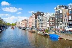 27 Amsterdam-APRIL: Het kanaal van Amsterdam Singel met boten langs de bank van het kanaal op de Dag van de Koning, op 27,2015 Ap Royalty-vrije Stock Foto
