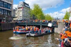 27 Amsterdam-APRIL: Het kanaal van Singelamsterdam met menigte van mensen op de brug tijdens de Dag van de Koning op 27,2015 Apri Stock Afbeelding