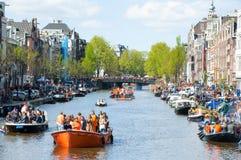 27 Amsterdam-APRIL: Het kanaalhoogtepunt van Amsterdam Singel van boten op de Dag van de Koning op 27,2015 April Stock Afbeelding
