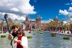 30 Amsterdam-APRIL: Het niet geïdentificeerde paar neemt foto, Rijksmuseum op de achtergrond op 30 April, 2015 Stock Fotografie
