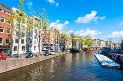 30 Amsterdam-APRIL: Het Prinsengracht-kanaal (het Kanaal van de Prins) met rij van boten op 30,2015 April Royalty-vrije Stock Foto