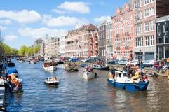 27 Amsterdam-APRIL: Het vieren de Dag van de Koning langs het Singel-kanaal op 27,2015 April Stock Afbeelding