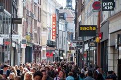 AMSTERDAM 30. APRIL: Kalverstraat-Einkaufsstraße im Mittag, Leute gehen 30,2015 im April Lizenzfreie Stockfotos